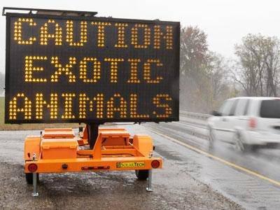 Politiet i den amerikanske delstaten Ohio måtte onsdag skyte nesten 50 villdyr på rømmen. Dette skiltet ble satt opp for å advare mot dyrene.