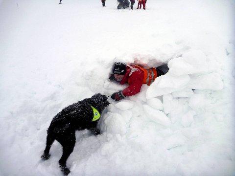 Hundefører Jarle Mjånes fra Norske Redningshunder viste hvor effektiv bruk av hund er i søk.