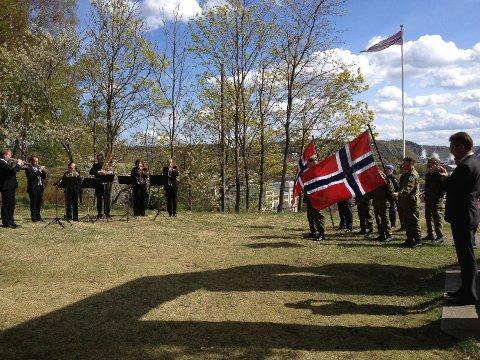 Musikere spilte, veteraner sto med norske flagg og ordfører Thor Edquist holdt tale under grønne bjerker en blå himmel.
