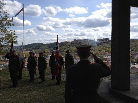 Oberst Dag Strømsæther og veteransoldatene sto i giv akt, da salutten drønnet fra Fredriksten festning. Alle foto: Jan Erik Sørlie