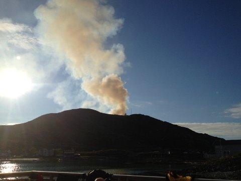 Klokken 20.12 fikk vi dette bildet fra Tor André Skjelbakken, som tyder på at brannen har blusset opp igjen.