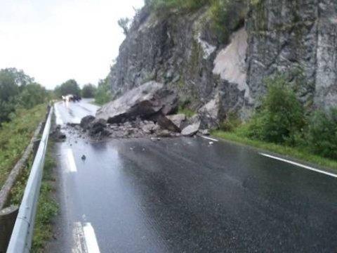 RAS: Steinblokka raste ut på ei forholdsvis rett strekning på kommunegrensen mellom Vefsn og Leirfjord. (Foto: Terje Jakobsen)