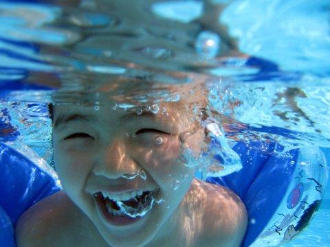 VINNERSMIL UKE 33: Danni (4) tar med seg sitt gode humør også under vann!
