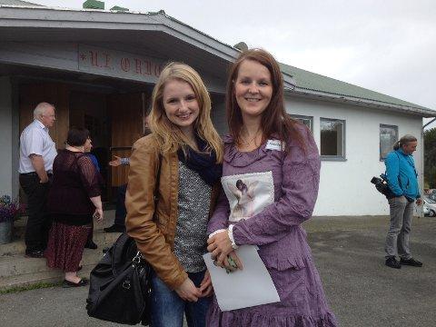 Elisabeth Annie Helle (til venstre), var sammen med Victoria Steen redaktør for rødrussens russeavis på Vestvågøy. Leder for aksjonsgruppen Desirée Skjerpen Høgmo (til høyre) setter umåtelig stor pris på at ungdommene engasjerer seg.