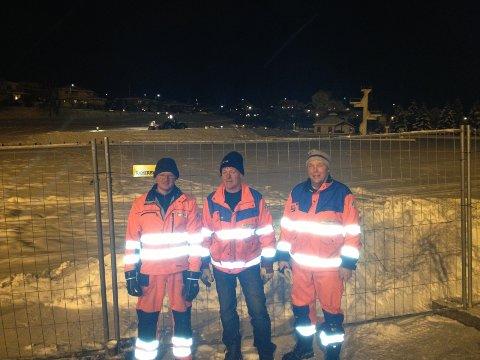 STOR INNSATS: Mannskaper fra Gjøvik kommune jobber i kveld for å sikre at ingen flere går igjennom isen på Fastland. FOTO: TONJE SAGSTUEN