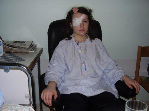 Så dobbelt: Etter operasjonen, og til dels fremdeles, så Helle dobbelt. Derfor fikk hun lapp for det ene øyet, for å avlaste øynene.Foto: Privat