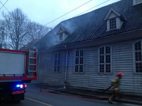 Det er også meldt om røykutvikling i Lepramuseet, noen titalls meter fra brannen i  Bredenbekksmauet.