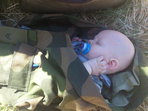 Magnus Brage Jørgensen er trolig norges yngste HV-soldat,og som  god soldat tar han den søvnen han kan få.