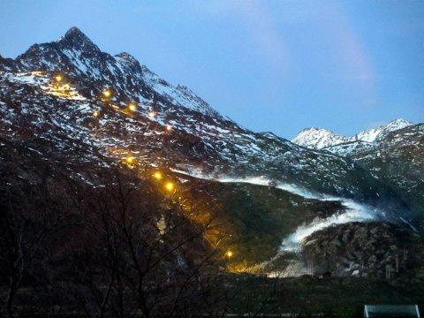 Slik så det ut  da  snøkanonene  i Kongstinden alpinanlegg første  gang kom i gang i  vinter.