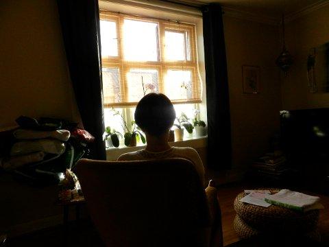 Kvinnen lever et isolert liv i sin leilighet, og vinduet i stua er ofte eneste kontakt med omverden utenfor.