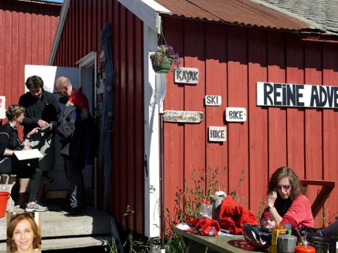 TURISTER: Tilrettelegging for økt involvering av kundene i turistopplevelsene vil gi mer fornøyde kunder og dermed økt merverdi for turistbedriftene. Her fra Reine i Lofoten. Innfelt kronikkforfatter Nina Katrine Prebensen. Foto: Nina K. Prebensen