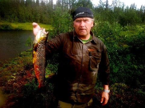 VINNERFISK: De siste årene har Steffen Hansen lagt de fleste fisketurene til Gausdal Vestfjell. Den ørreten på 1,5 kilo er den største i år, tatt på flue i Obleken.