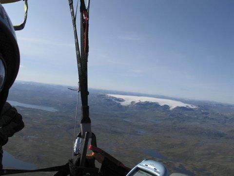 HARDANGERJØKULEN. Tom Salamonsen tok seg tid til å nyte utsikten over Hardangerjøkulen på turen over vidda med paraglider. Den 4,5 timer lange ferden beskriver han som mentalt krevende.