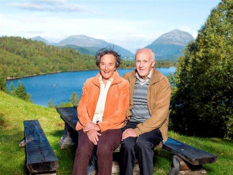 Midgardsorm?: Bjarne Glåmen og Gjertrud Aasbø smilte til fotografen, men ante lite om hva som befant seg i bakgrunnen da bildet ble tatt. Foto: Nathan Lediard