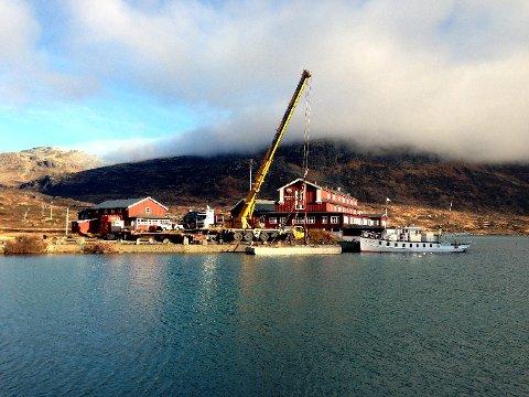 Bygdin: Flytebryggja i betong er levert av eit firma i Bergen, på oppdrag av rutebilselskapet JVB, som eig den 101 år gamle båten.