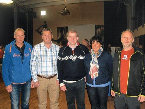 MED SKIPRESIDENTEN: Skipresident Erik Røste i midten, hadde selskap av fra venstre, Tom Harald Foss (trener i Varde IL langrenn), Pål Vist (leder alpingruppa i Gjøvik skiklubb, og leder i alpinkomiteen i Oppland skikrets), Hanne Kvåle (leder av langrennskomiteen i Oppland skikrets), og Ole Henrik Evensen (leder i skigruppa i Vind IL).