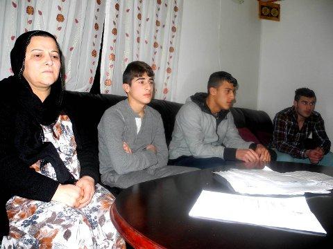 Taimans mor Amina Abdullah Yosif og familien sitter fortvilet tilbake.