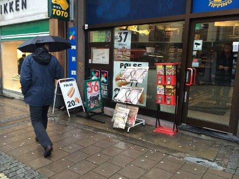 Ved denne kiosken i Bergen sentrum var den falske avisforsiden fortsatt i stativet i 12-tiden.