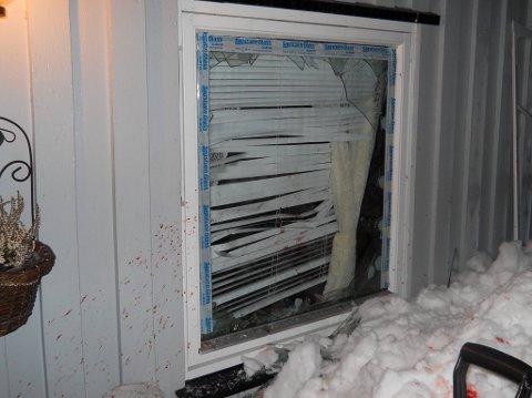 KNUSTE VINDU: Mannen brukte en spade for å knuse dette vinduet og ta seg inn i huset. Foto: Privat