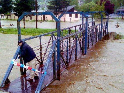 TRUET: Brua over elva er stengt på grunn av flommen.