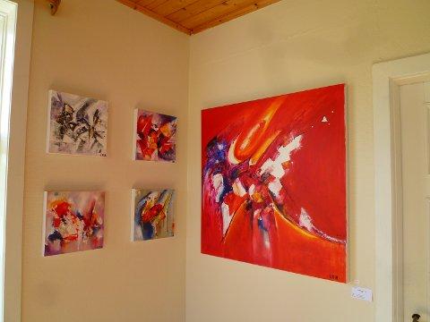 Noen av maleriene som henger på Gallery Isabelle Reilo Riis på Å
