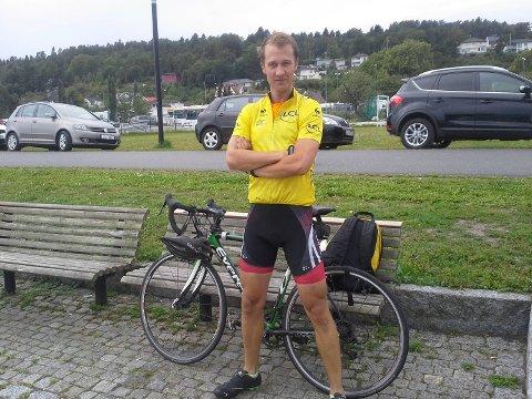 Øystein Engum Andersen var på sykkeltur i Oslo da han ble informert om flaskeposten kompisene har sendt ut på hans vegne.