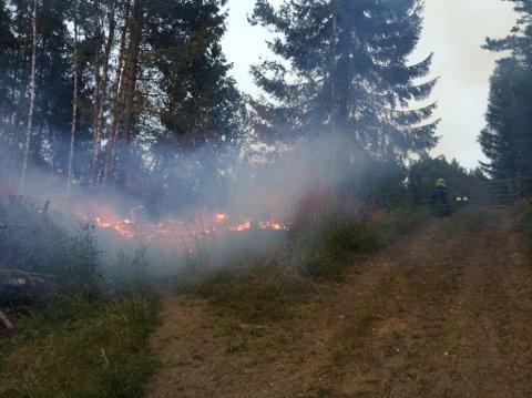 Det brenner rundt 200 meter fra Moen kirke