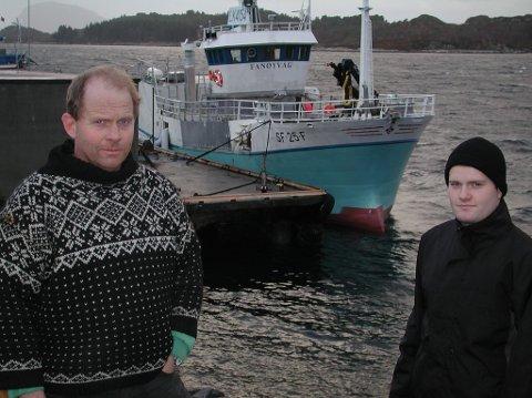 Denne båten frå 1990 har gjort si teneste og blir skifta ut neste år. Frå venstre Johnny og Geir Henning Seljeseth.