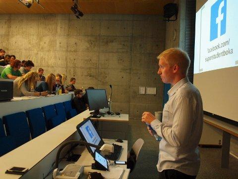 Olav Schewe holdt foredrag for studentene på Høgskolen i Østfold. Han lærte dem blant annet hvordan du kan huske en hel årskalender.