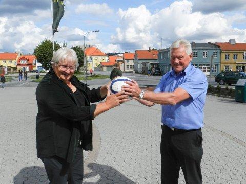 45 ÅR ETTER: Svein «Kula» Halvorsen (til venstre) og Kjell-Arne Bærby deler gjerne sin gode, gamle fotball- og keeperhistorie fra 1969 ? i 2014 ...