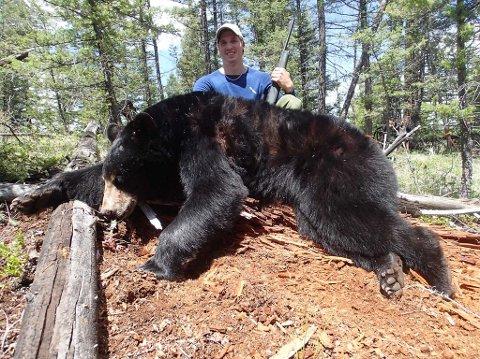Anders har vore på bjørnejakt i Canada i 2012 og 2013. Her med den største ruggen på omlag 100 kilo.