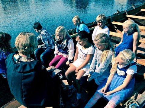 Elever fra Torød skole fikk høre om vikingtiden mandag.