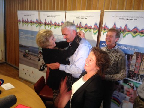 Steinar Remme var en av initiativtakerne til sykkel-VM i Bergen. Her får han klem av ordfører Trude Drevland, mens byrådsleder Ragnhild Stolt-Nielsen jubler i forgrunnen.