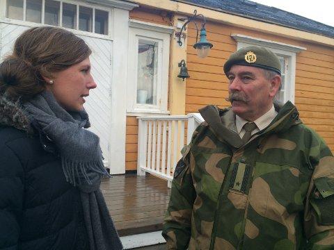 GAV SVAR: Norge Rundt sin programleder Lise Andreassen Hagir spurte major og kommandant Tor Arild Melby om festningens historie.