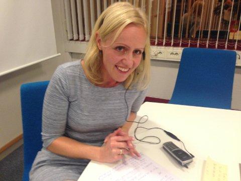 Ingrid Roterud Mathisen fra Norsk Tipping overbringer beskjed til en Kristiansund-damen som vant 127,6 millioner kroner i VikingLotto onsdag. Foto: Norsk Tipping