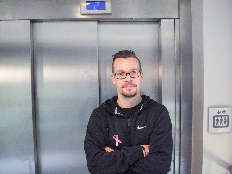 Følger med: Ole-Andreas Pihlstrøm har god trening i å ferske elever. Tar du heisen uten gyldig grunn bør du være forsiktig.