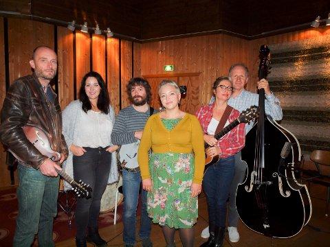 JULEJODLING: Kjetil «Kjell Pop» Johnsen (mandolin, fra venstre), Mari Kynningsrud (kor, søster), Rino Silden (banjo), Laila Kynningsrud (sang, hovedartist), Toini Knudtsen (gitar, kor) og Arne Ertnæs (kontrabass). Årets julealbum, blant annet med «A Yodelling Christmas Song», utgis den siste helga i november.