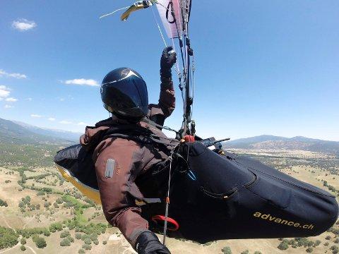 Mange som vil prøve paragliding i den lokale klubben.