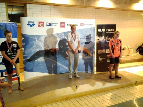 pallen: Ragna Forså (t.h.) fikk bronse på åpningsdistansen i junior-NM i svømming. Mesterskapet arrangeres i Bærum og det er både funksjonsfriske og funksjonshemmede svømmere.foto: trond forså