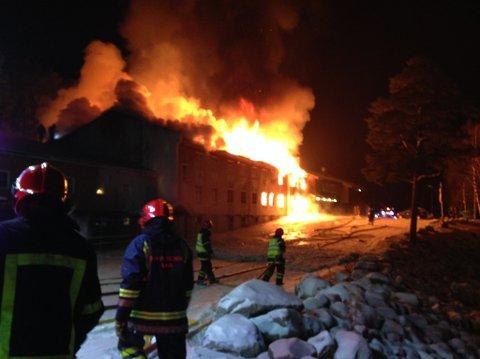Slik ser det ut på brannstedet lørdag kveld klokken 19.40.