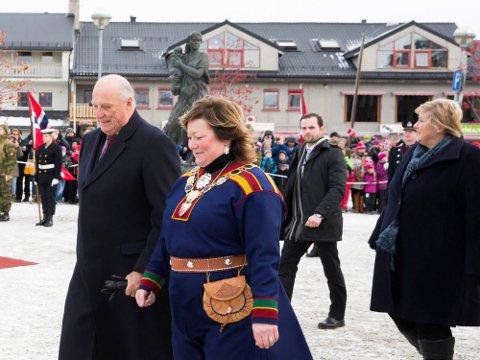 BEGIVENHET:  Kong Harald og statsminister Erna Solberg var blant gjestene under frigjøringsjubileet. Kongen talte om hva befolkningen gjennomgikk og takknemligheten ovenfor sovjeterne. Det utelot NRK fra sin oppsummering av kongefamiliens år.