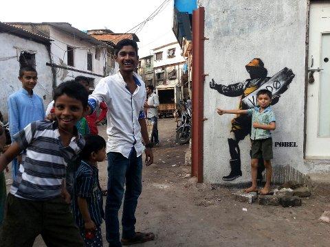 FORSKJELLIG MENING: Hva haikeren betyr, er opp til den som ser han, mener Pøbel, som antar at barna i Mumbai tenker noe ganske annet enn vardøværingene som ser bildet.