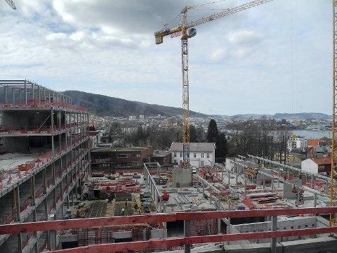 Bygg- og anleggsbransjen trenger fagfolk. Arbeiderpartiet vil premiere elever som fullfører utdanningen.