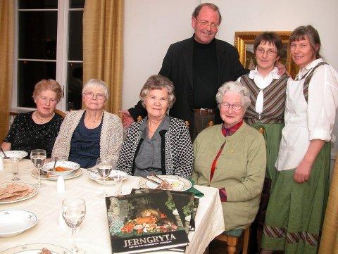 Anna Thommesen, Eldis Thoresen, Gunhild Olsen og Solveig Johansen utgjør «Bakstekjerringan». De har bidratt sterkt til boken som Karen Holm-Hansen, Arnhild Rømo og Oskar Solhaug står bak.