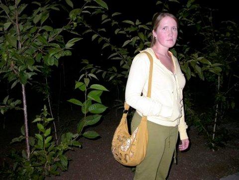 Emilie Ulve (25) ble i går formiddag angrepet av naboens schæfer, som tidligere har angrepet både faren og moren hennes flere ganger. Anmeldelsen hun leverer i dag blir dermed den sjette familien leverer på angrep fra naboens schæfer.