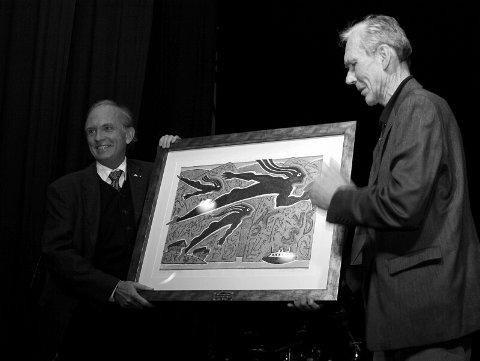 Bård Kolltveit (til v.) vart tildelt målprisen 2005, av leiar for Odda Mållag, Harry Solberg.
