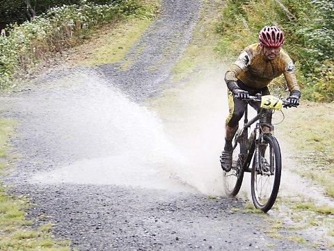VÅTT: Det våte føret var ei utfordring for deltakerne. Her fosser Roy Ove Tverå inn mot mål.