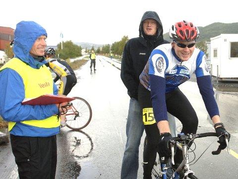SAMMEN: Her sender Jens Berget ut broren Lars på tempoetappen av politimesterskapet på sykkel i gjor høst. Nå skal brødrene sykle sammen.