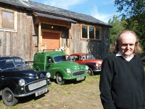 HAR TRE: Kunstneren Dag Gimle fra Slidre kjører bare Morris Minor. Han har tre eksemplarer. FOTO: GEIR NORLING