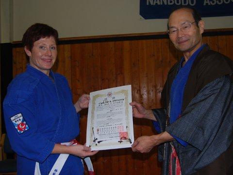 DIPLOM: Eva Stubberød får diplomet fra grunnlegger Nanbu Doshu Soke.